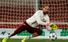 Tom Starke pada sesi latihan Bayern Munich jelang leg kedua babak 16 besar Liga Champions kontra Arsenal. (Reuters/John Sibley)