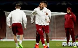 Arturo Vidal (tengah) pada sesi latihan Bayern Munich jelang leg kedua babak 16 besar Liga Champions kontra Arsenal. (Reuters/John Sibley)