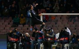 Alvaro Morata (atas) selebrasi usai mencetak gol ke gawang Napoli pada leg kedua babak 16 besar di Stadion San Paolo, Naples, Italia, Rabu (8/3/2017) dini hari WIB. (Reuters/Alessandro Bianchi)