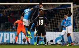 Sergio Ramos (tengah atas) mencetak gol ke gawang Napoli pada leg kedua babak 16 besar di Stadion San Paolo, Naples, Italia, Rabu (8/3/2017) dini hari WIB. (Reuters/Alessandro Bianchi)