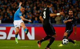 Marek Hamsik mencetak gol ke gawang Real Madrid pada leg kedua babak 16 besar di Stadion San Paolo, Naples, Italia, Rabu (8/3/2017) dini hari WIB. (Reuters/Tony Gentile)
