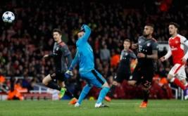 Arturo Vidal (dua kanan) mencetak gol ke gawang Arsenal pada leg kedua babak 16 besar Liga Champions Rabu (8/3/2017) dini hari WIB. (Reuters/Stefan Wermuth)