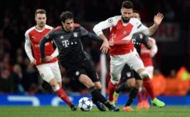 Olivier Giroud (kanan) saat berebut bola dengan Javi Martinez (tengah). (Reuters/Hannah McKay)