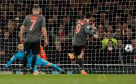 Robert Lewandowski (kanan) mencetak gol ke gawang Arsenal dari tendangan penalti. (Reuters/John Sibley)