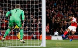 Theo Walcott (kanan) mencetak gol ke gawang Bayern Munich. (Reuters/Stefan Wermuth)
