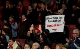 Seorang suporter Arsenal atau biasa disebut Gooners membawa poster saat berada di dalam Stadion Emirates, London, Inggris, Rabu (8/3/2017) dini hari WIB. Gooners mendesak pihak manajemen Arsenal untuk tidak memecat pelatih Arsene Wenger. (Reuters/John Sibley)