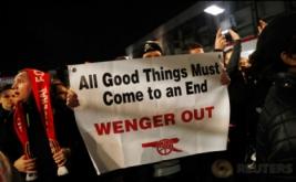 Suporter Arsenal atau biasa disebut Gooners menggelar unjuk rasa di luar Stadion Emirates, London, Inggris, Rabu (8/3/2017) dini hari WIB. Gooners mendesak pihak manajemen Arsenal untuk tidak memecat pelatih Arsene Wenger.  (Reuters/Stefan Wermuth)