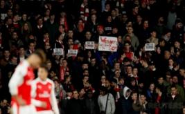 Suporter Arsenal atau biasa disebut Gooners membawa poster saat berada di dalam Stadion Emirates, London, Inggris, Rabu (8/3/2017) dini hari WIB. Gooners mendesak pihak manajemen Arsenal untuk tidak memecat pelatih Arsene Wenger. (Reuters/Hannah McKay)
