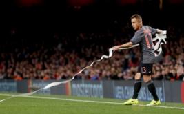 Pemain Bayern Munich Rafinha ikut membersihkan tisu yang dilempar suporter Bayern Munich pada leg kedua babak 16 besar Liga Champions di Stadion Emirates, London, Inggris, Rabu (8/3/2017) dini hari WIB. (Reuters/Stefan Wermuth)
