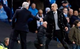 Pelatih Stoke City Mark Hughes (kiri) bersalaman dengan pelatih Manchester City Pep Guardiola usai pertandingan di Stadion Etihad, Manchester, Inggris, Kamis (9/3/2017) dini hari WIB. (Reuters/Carl Recine)