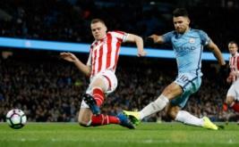 Striker Manchester City Sergio Aguero (kanan) menendang bola ke gawang Stoke City pada lanjutan Premier League musim 2016-2017 di Stadion Etihad, Manchester, Inggris, Kamis (9/3/2017) dini hari WIB. (Reuters/Phil Noble)