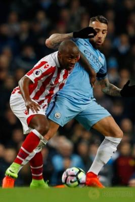 Saido Berahino (kiri) berusaha merebut bola dari kaki Nicolas Otamendi pada lanjutan Premier League musim 2016-2017 di Stadion Etihad, Manchester, Inggris, Kamis (9/3/2017) dini hari WIB. (Reuters/Phil Noble)