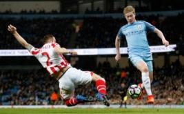 Phil Bardsley (kiri) berusaha menghentikan pergerakan dari Kevin De Bruyne pada lanjutan Premier League musim 2016-2017 di Stadion Etihad, Manchester, Inggris, Kamis (9/3/2017) dini hari WIB. (Reuters/Carl Recine)