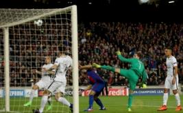 Striker Barcelona Luis Suares (tengah) mencetak gol ke gawang Paris Saint-Germain (PSG) pada pertandingan kedua babak 16 besar Liga Champions di Stadion Camp Nou, Kamis (9/3/2017) dini hari WIB. (Reuters/Albert Gea)