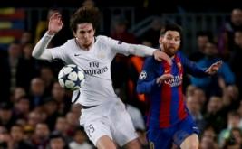 Lionel Messi (kanan) berebut bola dengan pemain PSG Adrien Rabiot pada leg kedua babak 16 besar Liga Champions 2016-2017 di Stadion Camp Nou, Barcelona, Spanyol, Kamis (9/3/2017) dini hari WIB. (Reuters/Sergio Perez)