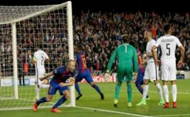 Andres Iniesta (kiri depan) melakukan selebrasi setelah pemain PSG Layvin Kurzawa mencetak gol bunuh diri pada leg kedua babak 16 besar Liga Champions 2016-2017 di Stadion Camp Nou, Barcelona, Spanyol, Kamis (9/3/2017) dini hari WIB. (Reuters/Albert Gea)