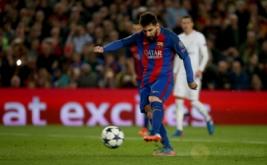 Lionel Messi mencetak gol ke gawang PSG melalui tendangan penalti pada leg kedua babak 16 besar Liga Champions 2016-2017 di Stadion Camp Nou, Barcelona, Spanyol, Kamis (9/3/2017) dini hari WIB. (Reuters/Sergio Perez)