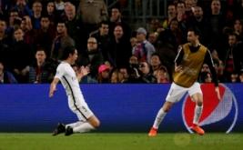 Pemain PSG Edison Cavani (kiri) melakukan selebrasi setelah mencetak gol ke gawang Barcelona pada leg kedua babak 16 besar Liga Champions 2016-2017 di Stadion Camp Nou, Barcelona, Spanyol, Kamis (9/3/2017) dini hari WIB. (Reuters/Sergio Perez)
