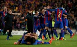 Sejumlah pemain Barcelona merayakan kemenangan usai pertandingan melawan PSG pada leg kedua babak 16 besar Liga Champions 2016-2017 di Stadion Camp Nou, Barcelona, Spanyol, Kamis (9/3/2017) dini hari WIB. (Reuters/Albert Gea)