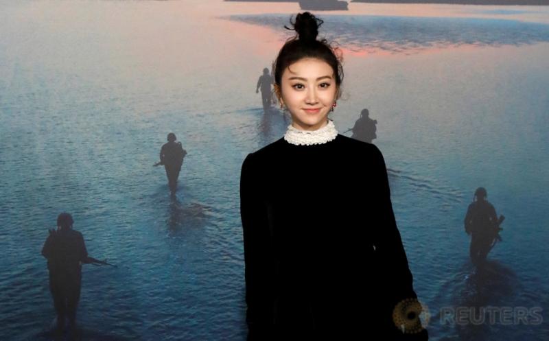 Berbusana Hitam, Aktris China Ini Makin Terlihat Cantik