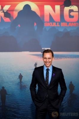 Tom Hiddleston Tampil Macho dengan Setelan Jas