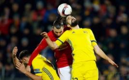 Zlatan Ibrahimovic (tengah) berebut bola dengan Miha Mevlja pada leg pertama babak 16 besar Liga Eropa musim 2016-2017, Jumat (10/3/2017) dini hari WIB. (Reuters/Maxim Shemetov)