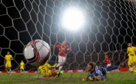 Henrikh Mkhitaryan (tengah) mencetak gol ke gawang FC Rostov pada leg pertama babak 16 besar Liga Eropa musim 2016-2017, Jumat (10/3/2017) dini hari WIB. (Reuters/Maxim Shemetov)