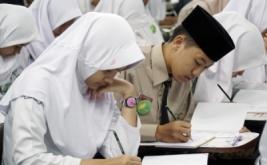 <p>  Peserta mengisi lembar jawaban pada acara Duta Bahasa Pelajar Jabar 2017 di Gedung Balai Bahasa Jabar, Bandung, Jawa Barat, Jumat (10/3/2017).</p>