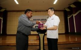 <p>  Chairman & CEO MNC Group Hary Tanoesoedibjo menyerahkan dana pendidikan kepada mahasiswa usai memberikan kuliah umum kepada ratusan mahasiswa di Universitas Papua (Unipa) Manokwari.</p>