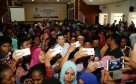 <p>  Mahasiswa Unipa Manokwari berebut wefie bersama Chairman & CEO MNC Group Hary Tanoesoedibjo usai kuliah umum bertema Kewirausahaan dan Pembangunan Ekonomi Indonesia, Jumat (10/3/2017).</p>