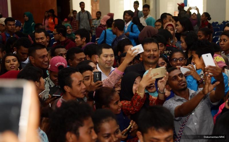 Tak Mau Kehilangan Momen Berharga, Mahasiswa Unipa Berebut Wefie Bersama Hary Tanoe