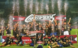 Sejumlah pemain dan petugas pendukung klub sepakbola Arema FC melakukan selebrasi kemenangan saat menjuarai Piala Presiden 2017 di Stadion Pakansari, Cibinong, Jawa Barat, Minggu (12/3/2017). Arema FC berhasil menjadi juara pertama Piala Presiden 2017 setelah berhasil menundukkan Pusamania Borneo FC dengan skor akhir 5-1.