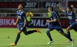 Pesepakbola Arema FC Hanif Abdurrauf Sjahbandi (kiri) melakukan selebrasi usai berhasil mencetak gol ke gawang Pusamania Borneo FC dalam final Piala Presiden 2017 di Stadion Pakansari, Bogor, Jawa Barat, Minggu (12/3/2017).