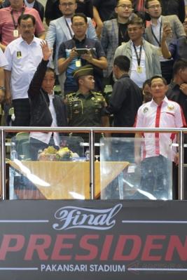 Presiden Joko Widodo (kiri) didampingi Kapolri Jenderal Pol Tito Karnavian (kanan) tiba untuk menyaksikan laga final Piala Presiden 2017 antara kesebelasan Arema FC melawan Pusamania Borneo FC di Stadion Pakansari, Bogor, Jawa Barat, Minggu (12/3/2017).
