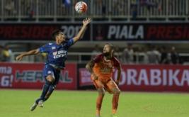 Pesepak ola Arema FC Nasir (kiri) berebut bola di udara dengan pesepakbola Pusamania Borneo FC Diego Michiels (kanan) dalam final Piala Presiden 2017 di Stadion Pakansari, Bogor, Jawa Barat, Minggu Minggu (12/3/2017).