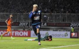 Pesepakbola Arema FC Cristian Gonzales (kanan) melakukan selebrasi seusai berhasil mencetak gol ke gawang Pusamania Borneo FC dalam final Piala Presiden 2017 di Stadion Pakansari, Bogor, Jawa Barat, Minggu (12/3/2017).
