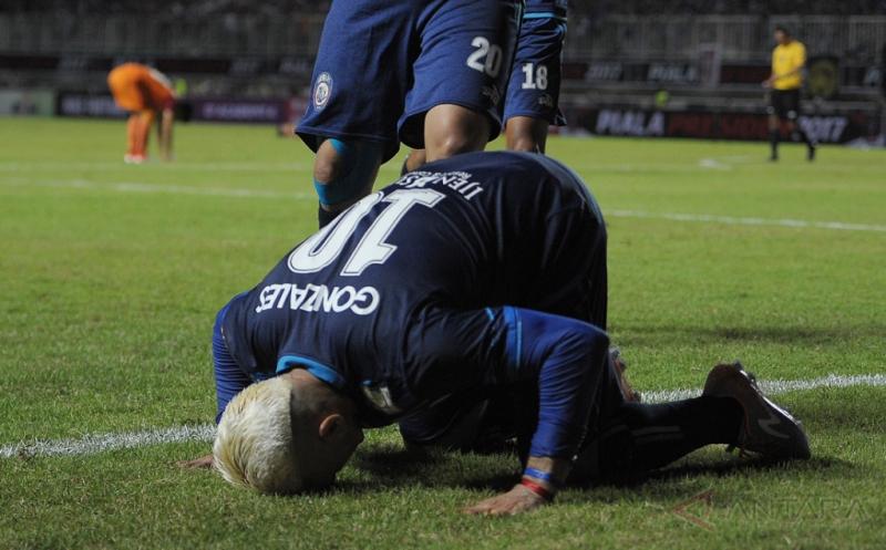 Pesepakbola Arema FC Cristian Gonzales melakukan sujud usai berhasil mencetak gol ke gawang Pusamania Borneo FC dalam final Piala Presiden 2017 di Stadion Pakansari, Bogor, Jawa Barat, Minggu (12/3/2017).