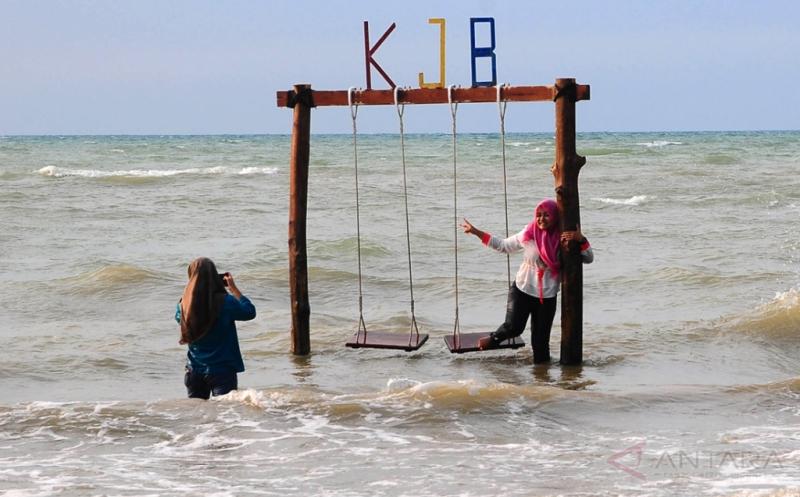 Cuma Rogoh Kocek Rp5.000 Bisa Nikmati Wisata di Pantai Ini