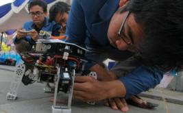 <p>  Mahasiswa mengendalikan prototipe robot Abinara 1 saat dipamerkan pada peluncuran Mobil Sapuangin XI Evo 1 ITS Surabaya di Surabaya, Jawa Timur, Minggu (12/3/2017).</p>