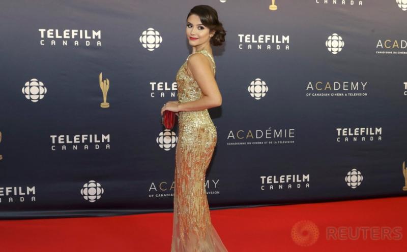 Kenakan Gaun Gold, Ana Golja Semakin Terlihat Cantik