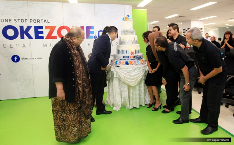 """Chairman and CEO MNC Group Hary Tanoesoedibjo (dua kiri) bersama BOD Okezone disaksikan Ketua Umum Museum Rekor Dunia Indonesia (MURI) Jaya Suprayana (kiri), meniup lilin pada acara Ulang Tahun ke-10 Okezone di Kantor Redaksi Okezone, Gedung iNews TV, Jakarta, Senin (13/3/2017). Di usia ke-10, Okezone menyabet Rekor MURI untuk kategori """"Portal Berita yang Menayangkan Produksi Berita Terbanyak,"""" yakni 1.000 berita per hari."""
