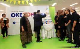 """Chairman and CEO MNC Group Hary Tanoesoedibjo (dua kiri) disaksikan Ketua Umum Museum Rekor Dunia Indonesia (MURI) Jaya Suprayana (kiri) dan BOD Okezone, melakukan pemotongan kue pada acara Ulang Tahun ke-10 Okezone di Kantor Redaksi Okezone, Gedung iNews TV, Jakarta, Senin (13/3/2017). Di usia ke-10, Okezone menyabet Rekor MURI untuk kategori """"Portal Berita yang Menayangkan Produksi Berita Terbanyak,"""" yakni 1.000 berita per hari."""