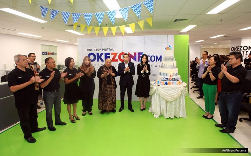 """Chairman and CEO MNC Group Hary Tanoesoedibjo (empat kanan) dan istri Liliana Tanoesoedibjo (tiga kanan) foto bersama Ketua Umum Museum Rekor Dunia Indonesia (MURI) Jaya Suprayana (lima kanan) dan BOD Okezone pada acara Ulang Tahun ke-10 Okezone di Kantor Redaksi Okezone, Gedung iNews TV, Jakarta, Senin (13/3/2017). Di usia ke-10, Okezone menyabet Rekor MURI untuk kategori """"Portal Berita yang Menayangkan Produksi Berita Terbanyak,"""" yakni 1.000 berita per hari."""