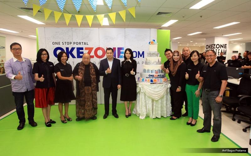 """Chairman and CEO MNC Group Hary Tanoesoedibjo (lima kiri) dan istri Liliana Tanoesoedibjo (enam kiri) foto bersama Ketua Umum Museum Rekor Dunia Indonesia (MURI) Jaya Suprayana (empat kiri) dan BOD Okezone pada acara Ulang Tahun ke-10 Okezone di Kantor Redaksi Okezone, Gedung iNews TV, Jakarta, Senin (13/3/2017). Di usia ke-10, Okezone menyabet Rekor MURI untuk kategori """"Portal Berita yang Menayangkan Produksi Berita Terbanyak,"""" yakni 1.000 berita per hari."""
