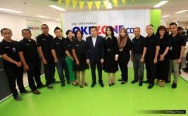 """Chairman and CEO MNC Group Hary Tanoesoedibjo (tengah) dan istri Liliana Tanoesoedibjo (enam kanan) foto bersama BOD dan Redaksi Okezone pada acara Ulang Tahun ke-10 Okezone di Kantor Redaksi Okezone, Gedung iNews TV, Jakarta, Senin (13/3/2017). Di usia ke-10, Okezone menyabet Rekor MURI untuk kategori """"Portal Berita yang Menayangkan Produksi Berita Terbanyak,"""" yakni 1.000 berita per hari."""