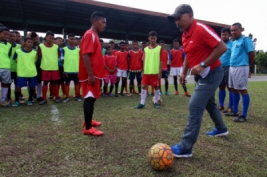 Pelatih Timnas U-16 Fachri Husaini (kanan) mengajarkan tehnik sepak bola kepada para peserta seleksi calon pemain Timnas U-16 Regional Sumatera di Stadion USU Medan, Sumatera Utara, Senin (13/3/2017). Sebanyak 47 pemain sepak bola terbaik dari berbagai provinsi di Pulau Sumatera itu mengikuti seleksi pemain untuk kebutuhan timnas U-16.