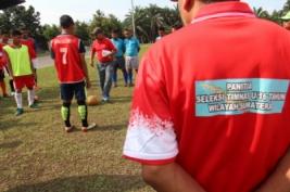 Pelatih Timnas U-16 Fachri Husaini (tengah) mengajarkan tehnik sepak bola kepada para peserta seleksi calon pemain Timnas U-16 Regional Sumatera di Stadion USU Medan, Sumatera Utara, Senin (13/3/2017). Sebanyak 47 pemain sepak bola terbaik dari berbagai provinsi di Pulau Sumatera itu mengikuti seleksi pemain untuk kebutuhan timnas U-16.