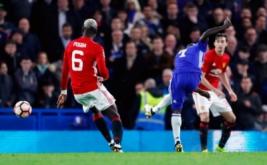 N'Golo Kante (dua kiri) mencetak gol ke gawang Manchester United pada menit 51 melalui tendangan keras usai memanfaatkan umpan matang Willian. (Reuters/Eddie Keogh)