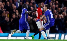 N'Golo Kante (kiri) selebrasi usai mencetak gol ke gawang Manchester United pada menit 51 melalui tendangan keras usai memanfaatkan umpan matang Willian. (Reuters/Eddie Keogh)