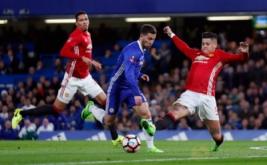 Marcos Rojo (kanan) berusaha merebut bola dari kaki Eden Hazard. (Reuters/Eddie Keogh)